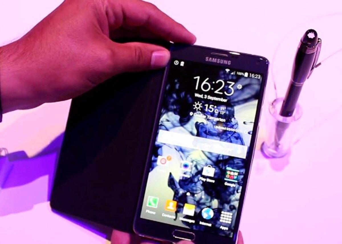 Samsung Galaxy Note 4 next to the S Pen
